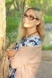 Belle dame en parc images libres de droits