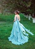 Belle dame marchant dans le jardin au printemps photos stock