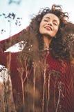 Belle dame naturelle dans le paysage d'automne Photos stock