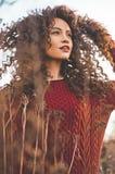Belle dame naturelle dans le paysage d'automne Photographie stock