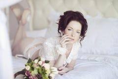 Belle dame sexy dans les culottes et le soutien-gorge blancs élégants Images stock