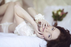 Belle dame sexy dans les culottes et le soutien-gorge blancs élégants Image stock
