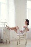 Belle dame sexy dans les culottes et le soutien-gorge blancs élégants Photos stock