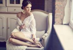 Belle dame sexy dans les culottes et le soutien-gorge blancs élégants Photo libre de droits