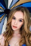 Belle dame dans les culottes et le soutien-gorge bleus élégants Portrait de mode de modèle à l'intérieur Femme blonde de bea Images libres de droits