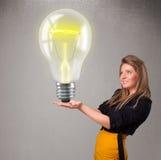 Belle dame tenant l'ampoule 3d réaliste Images stock