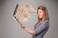 Belle dame tenant le carnet avec des graphiques et des statistiques Photo stock