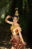 Belle dame thaïlandaise dans la robe traditionnelle thaïlandaise de drame Photo stock