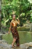 Belle dame thaïlandaise dans la robe traditionnelle thaïlandaise de drame Photographie stock libre de droits