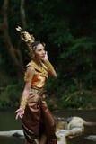 Belle dame thaïlandaise dans la robe traditionnelle thaïlandaise de drame Photos libres de droits