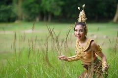 Belle dame thaïlandaise dans la robe traditionnelle thaïlandaise de drame Image libre de droits