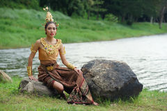 Belle dame thaïlandaise dans la robe traditionnelle thaïlandaise de drame Photographie stock