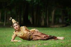 Belle dame thaïlandaise dans la robe traditionnelle thaïlandaise de drame Image stock