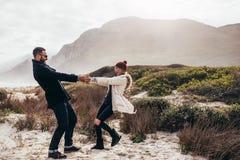Belle danse de couples le long de la plage le jour d'hiver Photos stock