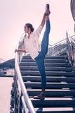 Belle danse de femme élégante sur les escaliers photo stock