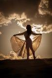 Belle danse de femme au coucher du soleil photo stock