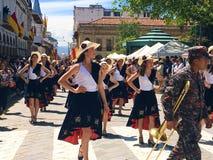 Belle danse de femmes dans un défilé à Cuenca, Equateur Photo stock