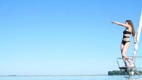 Belle danse de fille sur un yacht - une partie de célibataire clips vidéos