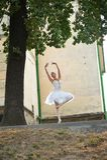 Belle danse gracieuse de ballerine sur les rues de vieux ci photographie stock