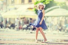 Belle danse mignonne de jeune fille sur la rue du bonheur La fille heureuse mignonne en été vêtx la danse au soleil photo stock