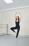 Belle danseuse de femme dans la combinaison noire dansant avec élégance le ballet au studio Photos libres de droits