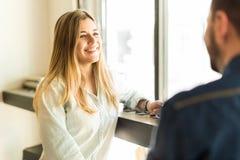 Belle datation de femme dans un café Photos libres de droits