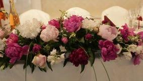 Belle decorazioni di nozze a nozze I bei fiori sono sulla tavola video d archivio