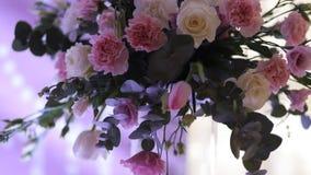 Belle decorazioni di nozze a nozze I bei fiori sono sulla tavola stock footage