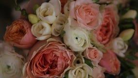 Belle decorazioni di nozze a nozze I bei fiori sono sulla tavola archivi video