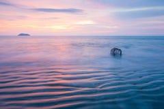 Belle delicatamente onde, striature orizzontali di struttura e trappola tradizionale del pesce in spuma thailand Esposizione lung immagine stock