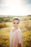 Belle demoiselle d'honneur dans la robe colorée de quartz rose Photo libre de droits