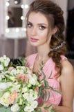 Belle demoiselle d'honneur douce de fille se préparant au mariage d'un ami dans la robe de soirée rose avec la coiffure de soirée Photos stock