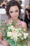Belle demoiselle d'honneur douce de fille se préparant au mariage d'un ami dans la robe de soirée rose avec la coiffure de soirée Photo stock