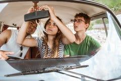 Belle difficulté de fille le miroir de voiture de vue arrière photographie stock