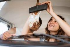 Belle difficulté de fille le miroir de voiture de vue arrière images libres de droits