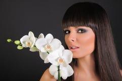 Belle donna ed orchidea Fotografie Stock Libere da Diritti