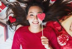 Belle donne asiatiche pronte per il biglietto di S. Valentino fotografie stock libere da diritti