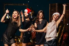 Belle donne che celebrano nuovo anno fotografia stock