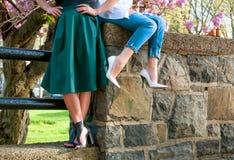 Belle donne che indossano i vestiti alla moda fotografie stock libere da diritti