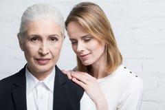 Belle donne che stanno insieme, giovani e senior Immagini Stock Libere da Diritti