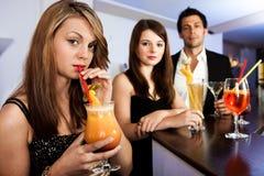 Belle donne con gli amici alla barra Fotografia Stock