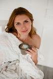 Belle donne con il caffè di mattina che si siede nella sedia bianca Fotografie Stock