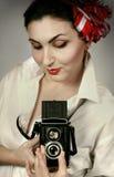 Belle donne con la retro macchina fotografica della foto Fotografia Stock