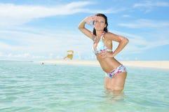Belle donne del bagnino nella spiaggia Immagine Stock