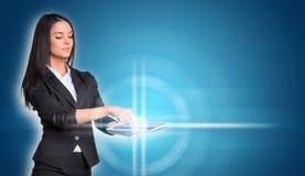 Belle donne di affari in vestito facendo uso di digitale Immagini Stock Libere da Diritti