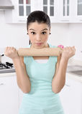 Belle donne faticose dopo la pulitura della casa immagini stock libere da diritti