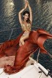 Belle donne mediterranee che posano sulla barca fotografie stock