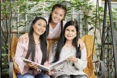 Belle donne multi-generazionali sulle oscillazioni immagine stock