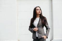 Belle donne su una via Immagine Stock