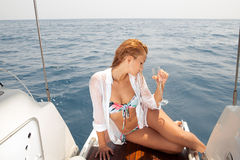 Belle donne sull'yacht con vetro di vino Fotografia Stock Libera da Diritti